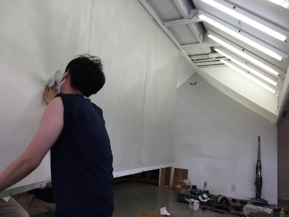 光幕天井もお掃除。えいごやの内部が垣間見えるひとこま!